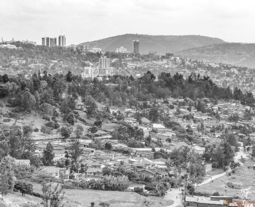 Luchtfoto van Kigali vanaf een afstand B&W