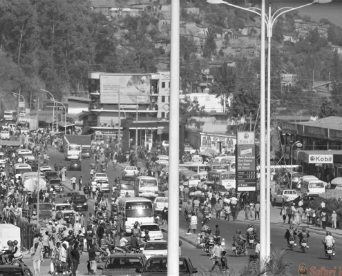 drukte te midden van winkels op het belangrijkste kruispunt van het centrum van Kigali in Rwanda B&W