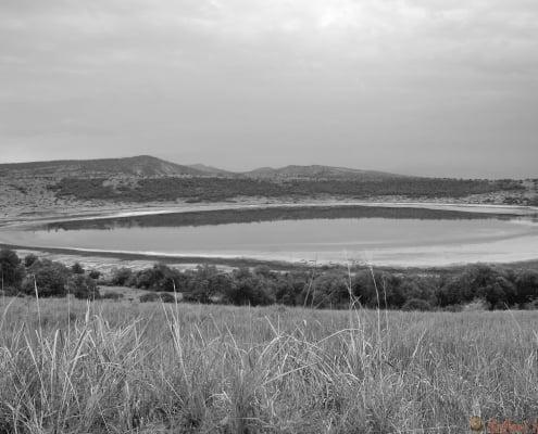 Kratermeer Nyamanyuka, Queen Elizabeth National Park getoond bij dageraad, Oeganda, Afrika B&W