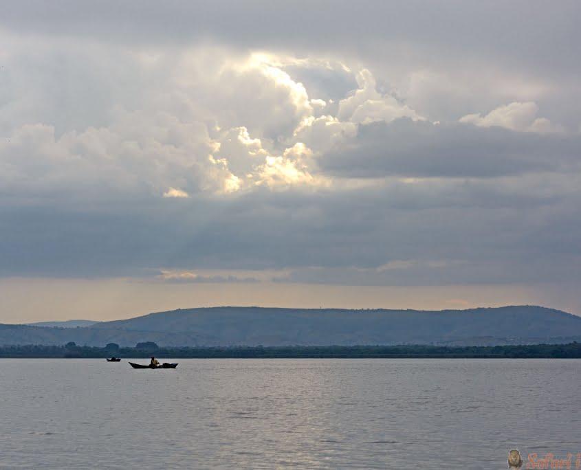 Visser op Lake Mburo in Oeganda bij zonsondergang