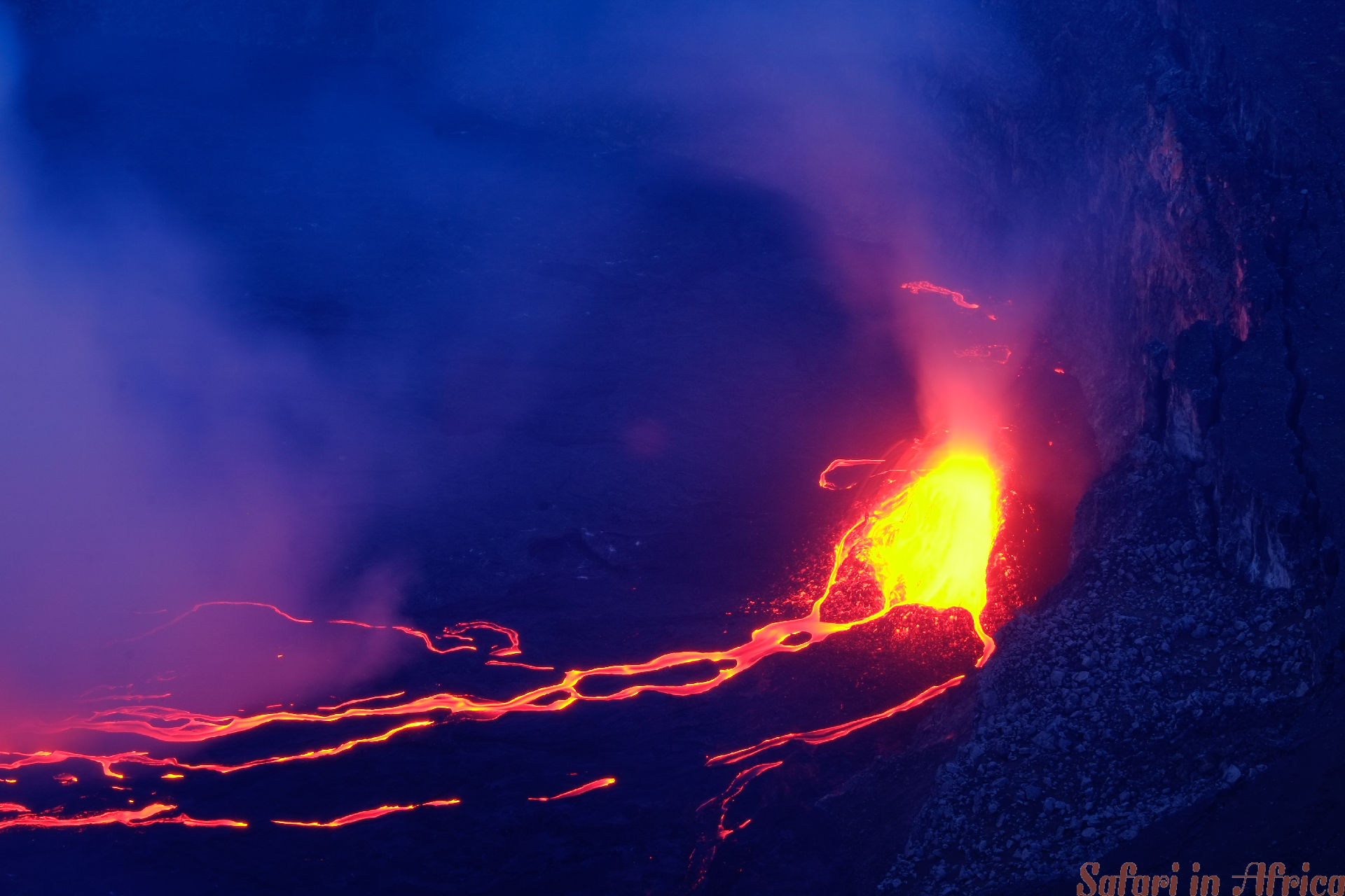 Lava en stoom in krater van Nyiragongo-vulkaan in Virunga