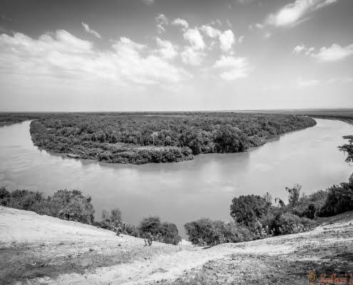 Omo rivier in Omo Valley, Omorate, Ethiopië B&W