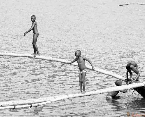 Rwandese kinderen op Kivu-meer. B & W
