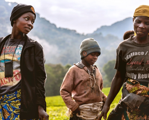 De gezichten van Afrika. De arbeidersvrouw en de kinderen. De arbeiders maken zich klaar om te werken. Kigali