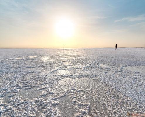 Het zoute oppervlak van Ale Lake in de depressie van Danakil, een van de populairste plassen ter wereld, Ethiopië