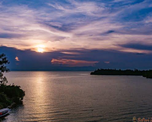 De lucht en de wolken worden kleurrijk in de schemering over Lake Kivu
