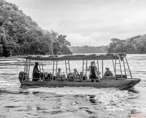 Toerist bezoekt de Murchison Falls aan de White Nile-rivier, Oeganda B&W