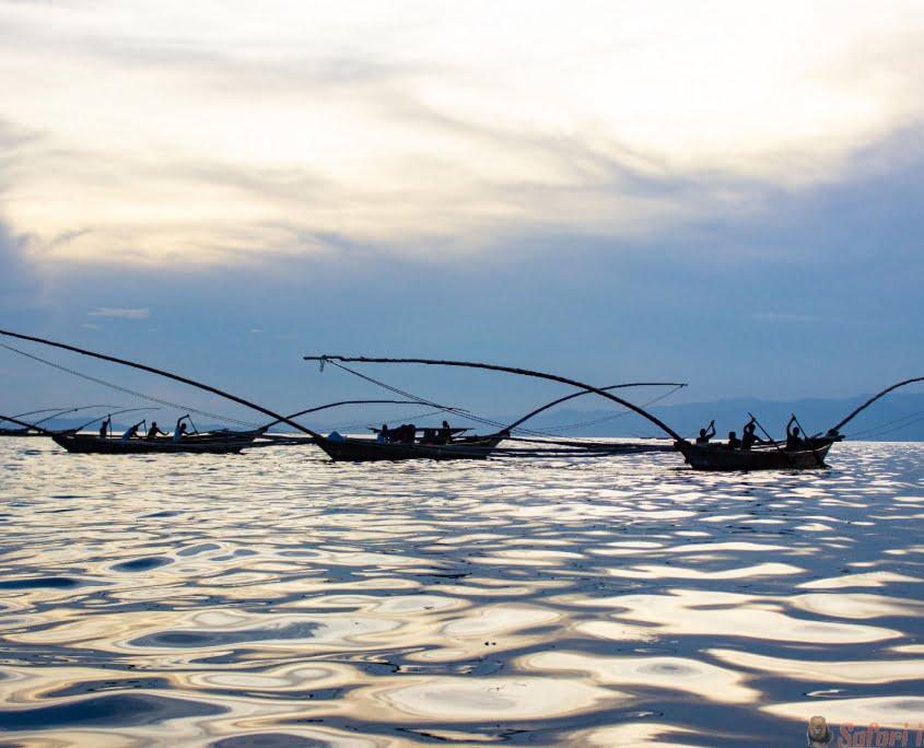 Traditionele vissersboten op Meer Kivu, Rwanda, met de reflectie van de zon
