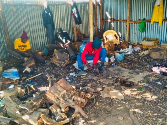 safari-in-afrika_masai-mara-houtsnijwerk